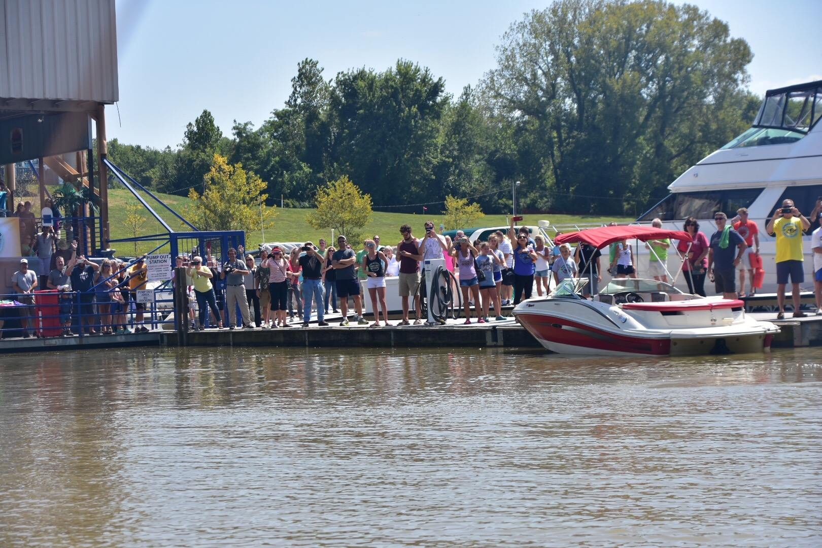 Cincinnati crowd watching as Marc Phelps leaves for his river record adventure journey