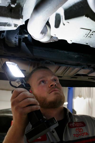 Mecánico usando luz de trabajo LED bz401-5 debajo de un auto