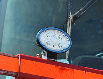 Trilliant-Leuchte von Grote an einer Forstwirtschaftsmaschine