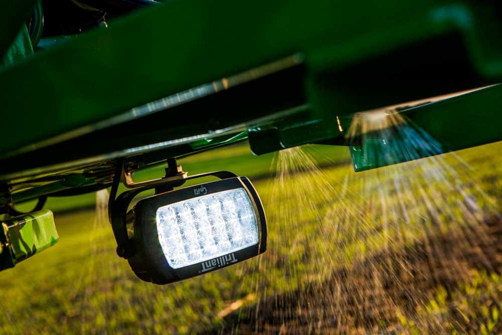 LED-Leuchte von Grote an einem Sprühfahrzeug