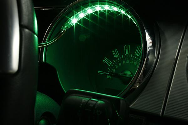 Bande LightForm verte éclairant un indicateur de vitesse d'une voiture