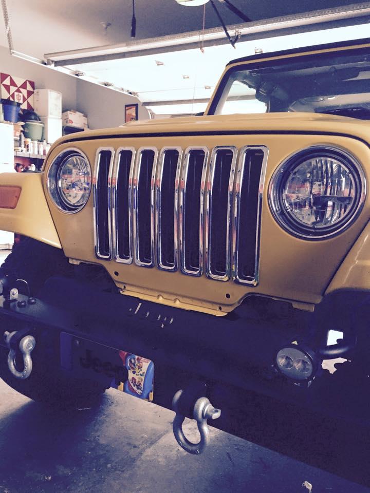 Jeep mit LED-Frontscheinwerfer und Nebelleuchten von Grote
