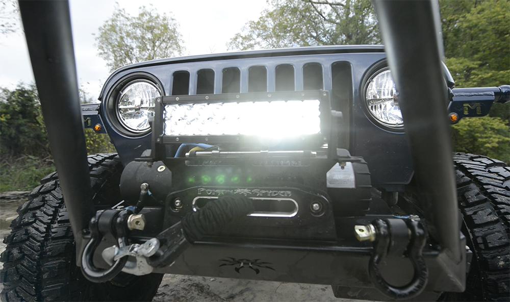 Jeep mit LED-Lichtleiste und Frontscheinwerfern von Grote