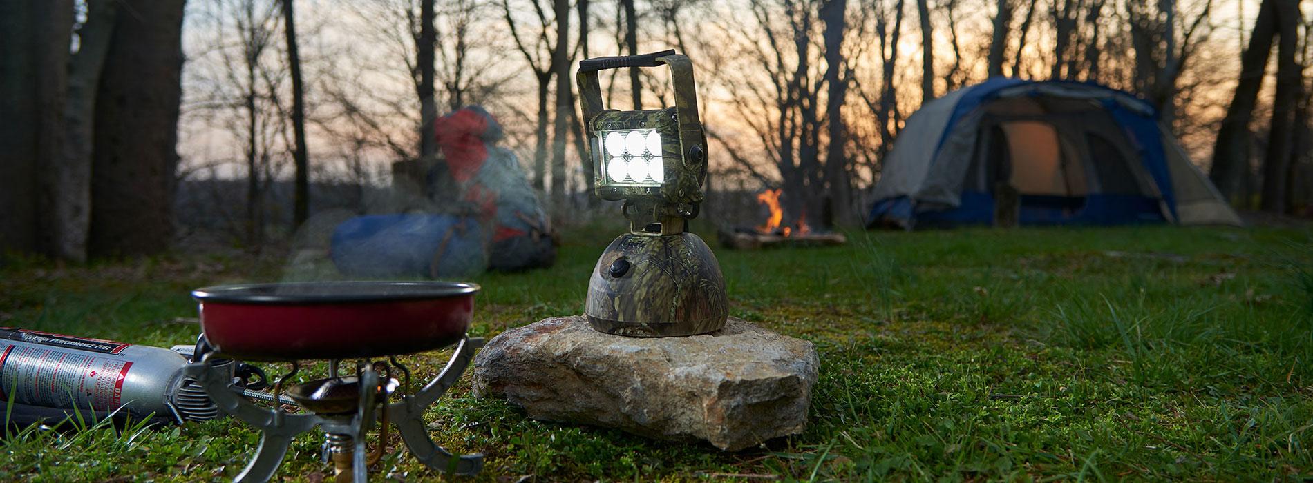 Luz LED de camuflaje utilizada en un campamento